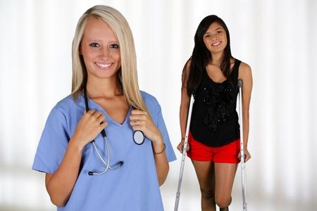 Verpleegkundige met een patiënt in het ziekenhuis Stockfoto