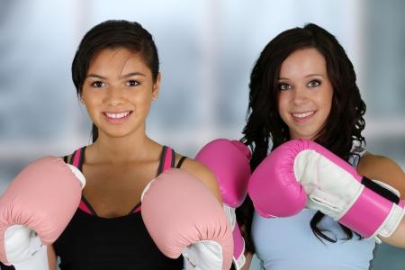 artes marciales: Las adolescentes trabajando en el gimnasio Foto de archivo