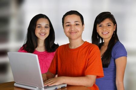 estudiantes de secundaria: Grupo de ni�os que utilizan un ordenador en la escuela