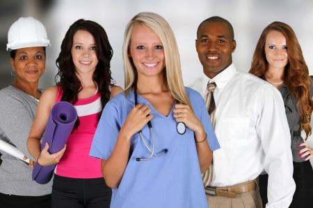 minor�a: Equipo de profesionales de todos de pie en una oficina