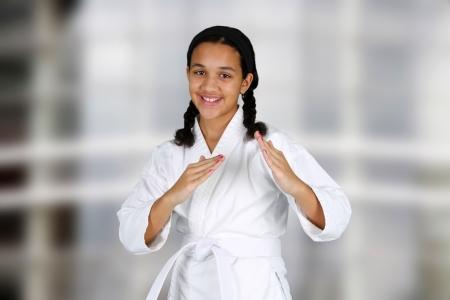 defensa personal: La muchacha adolescente haciendo karate en un estudio Foto de archivo