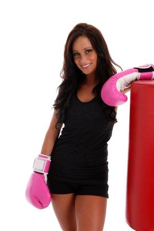 白い背景の上のバッグにパンチとボクシングの女性