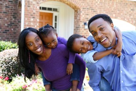 casa: African American family insieme fuori della loro casa