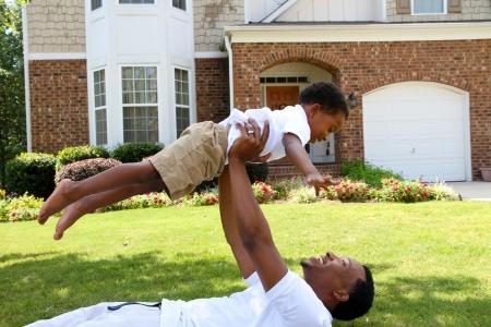 Vader en zijn zoon spelen buiten in hun tuin