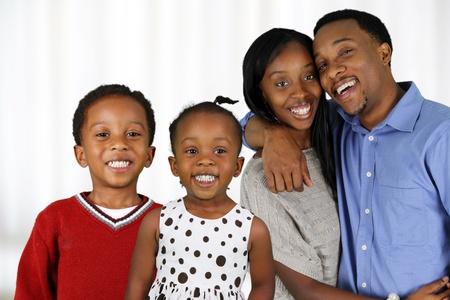 アフリカ系アメリカ人の家族が一緒に彼らの家の外