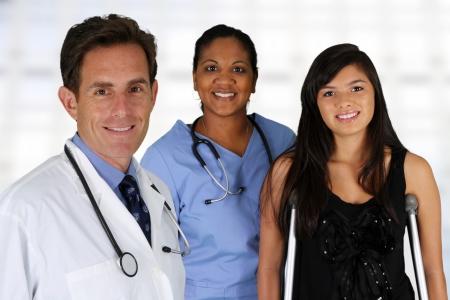 terapia grupal: M�dico y enfermera con un paciente en el hospital