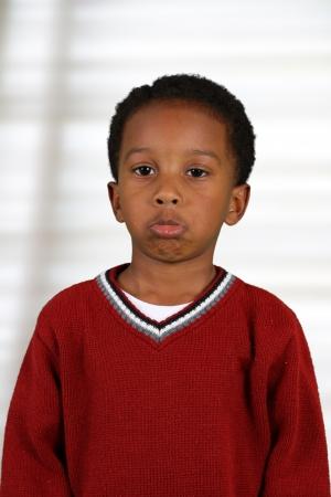 niño llorando: Retrato de un niño que está dentro de su casa