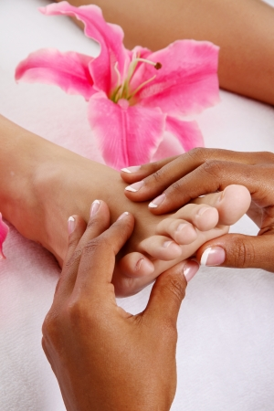 Woman getting a getting relaxing massage in salon Imagens