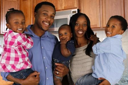 Afro-Amerikaanse familie samen in hun huis