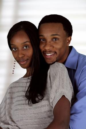 parejas felices: Hombre y mujer posando juntos en el interior de su casa Foto de archivo