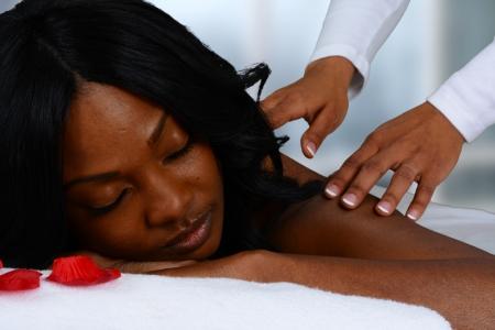 Vrouw krijgt een krijgt ontspannende massage in de salon Stockfoto
