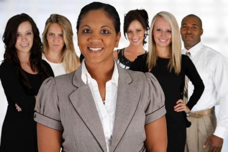 krachtige vrouw: Business Team van de Gemengde Rassen bij Office