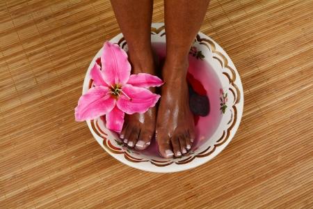 Vrouw krijgt een krijgen ontspannende massage in de salon Stockfoto