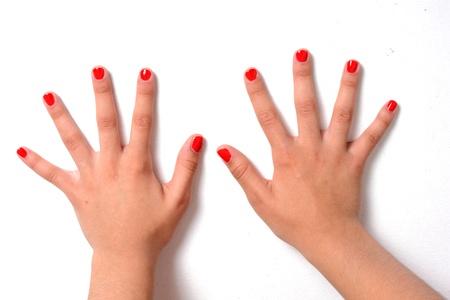uñas pintadas: Chica con las uñas pintadas de color rojo con una capa transparente Foto de archivo
