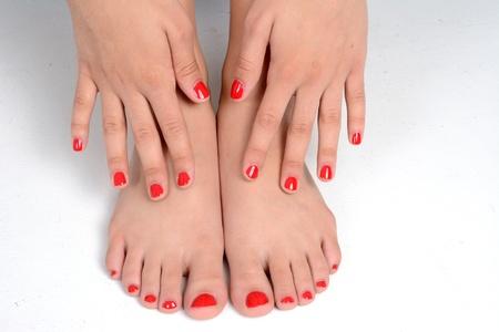 pied fille: Fille avec ses ongles peints d'une couleur rouge