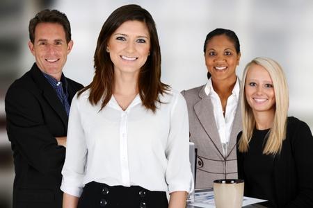 confianza: Equipo de negocios de las razas mixtas en la Oficina