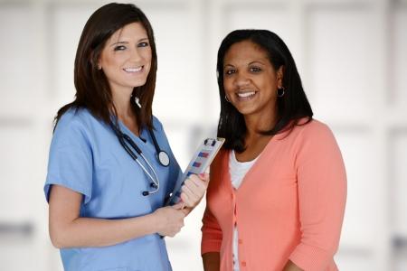personal medico: Enfermera con un paciente en el hospital