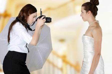 matrimonio feliz: Mujer en un vestido de la boda conseguir la imagen tomada