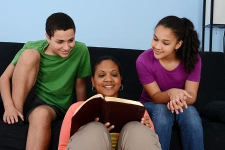 familia cristiana: Familia que estudia la Biblia juntos en su casa