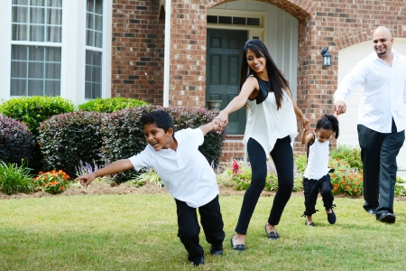 Familia juntos afuera en un buen día Foto de archivo - 22116001