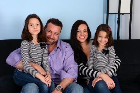 matrimonio feliz: Niza familia unida en el interior de su hogar