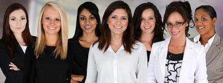 Zakenvrouwen van alle rassen samen te werken in een kantoor Stockfoto - 25868585