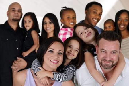 Grupo de diversas familias juntos de todas las razas photo