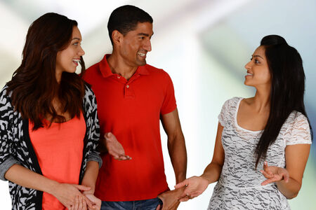 amigas conversando: Grupo de amigos y familiares se relajan junto