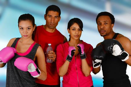artes marciales: Grupo de personas en una clase de boxeo
