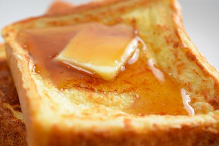 맛있는 프렌치 토스트의 아침 식사 설정