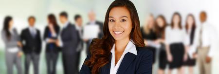 empleados trabajando: Equipo de negocios de las razas mixtas en la Oficina