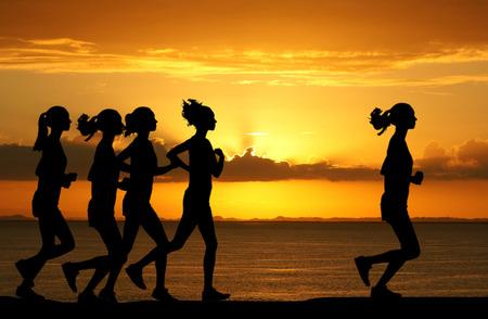 fit on: Mujer que compiten en una carrera a pie de distancia