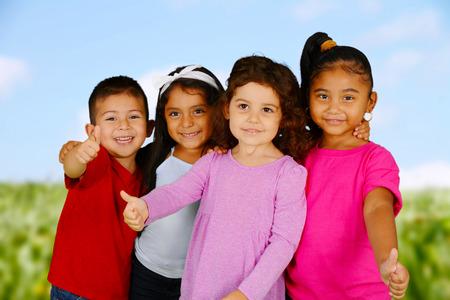 gar�on souriant: Groupe d'amis tenant leurs pouces vers le haut Banque d'images