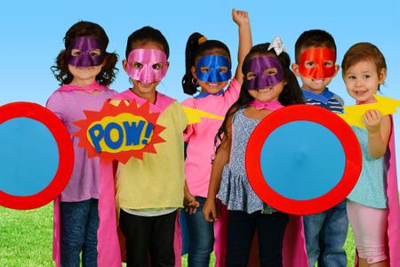 Gruppe von Kindern, die sich als Superhelden gekleidet