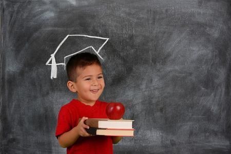 Junge hält seine Bücher vor der Schule Lizenzfreie Bilder