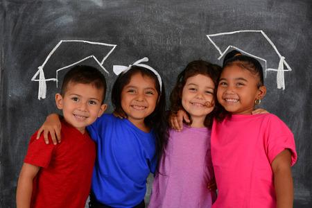 Jonge kinderen op school die zich op het schoolbord