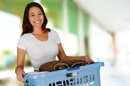 彼女の家で洗濯をしている女性 写真素材