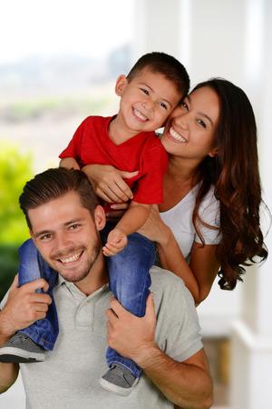 一緒に彼らの家の外の若い家族
