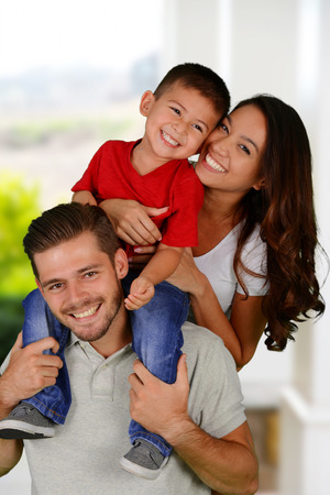 familias jovenes: J�venes de la familia juntos fuera de su casa