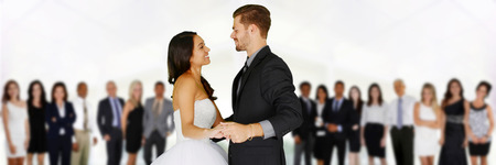 Frau in einem schönen weißen Hochzeitskleid mit Bräutigam