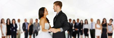 Vrouw in een prachtige witte bruidsjurk met bruidegom