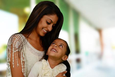 fille indienne: M�re et fille ensemble � l'ext�rieur de leur maison