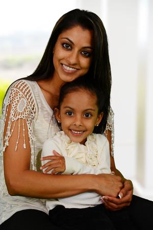 familias jovenes: Madre e hija juntos fuera de su casa Foto de archivo