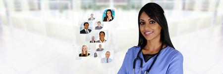 pacientes: Minority enfermera que trabaja en su puesto de trabajo en un hospital