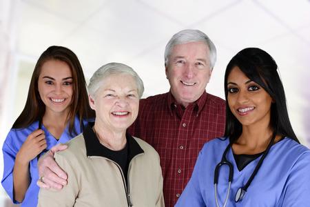 hospitales: Salud en el hogar de cuidado de los trabajadores y una pareja de ancianos