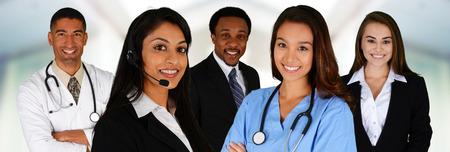 Business und Ärzte-Team von Mixed Rennen im Büro