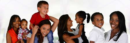 Gruppe junge Mütter mit ihren Kindern