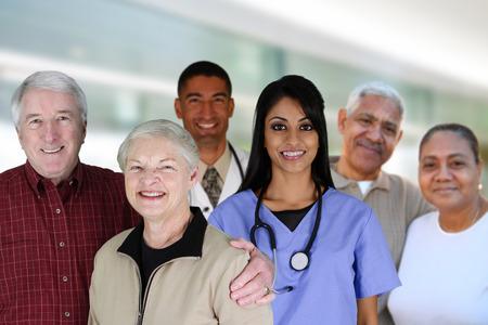 Ältere Paare mit ihrem medizinischen Arbeitnehmer in einem Krankenhaus Lizenzfreie Bilder