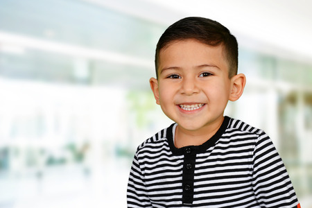 jardin infantil: Chico joven en la escuela que est� sonriendo Foto de archivo