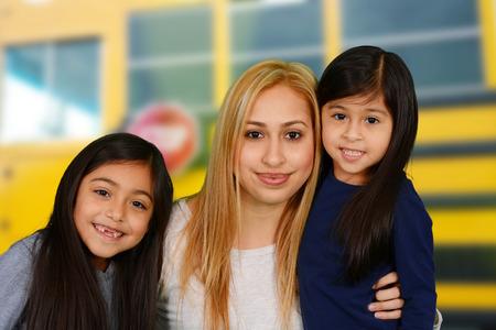 Mutter und Töchter, die zusammen mit dem Schulbus